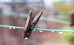 Giặt giũ khi mùa mưa đến - nỗi ám ảnh của các bà nội trợ